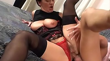 Short haired brunette Janosne deepthroats hardcock in bed