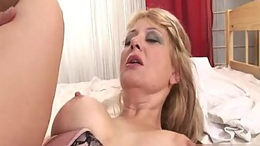 MILF Goldie goes into her gynecologists office fo